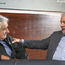 """Vamos resistir"", diz Lula a Mujica"