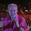De rosa-choque, Lula ajuda a combater o câncer de mama