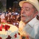 Lula comemora 72 anos em caravana e nos braços do povo mineiro