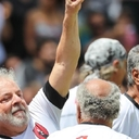 Em homenagem à Sócrates, Lula marca gol e tira camisa