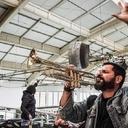 Quem é o trompetista que invade a Globo tocando 'Lula lá'