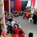 Filha de Che Guevara visita a Vigília Lula Livre