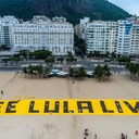 Free Lula: Activists place a gigantic banner on Copacabana beach