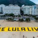 Faixa gigante por Lula livre é estendida em Copacabana